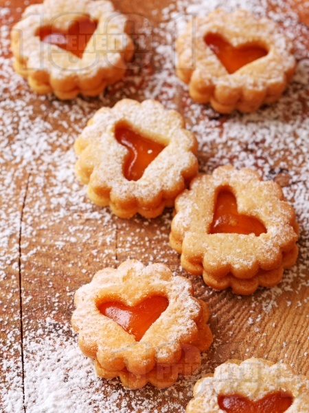 Слепени празнични линцерови коледни сладки с мармалад от кайсии - снимка на рецептата